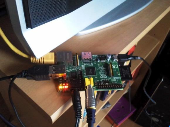 RPi model B, spojen analogno na TV, spojeni miš, tipkovnica i eksterni disk