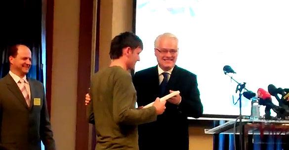 Predsjednik RH prof. dr. sc. Ivo Josipović uručuje nagradu Ivanu Galgociju